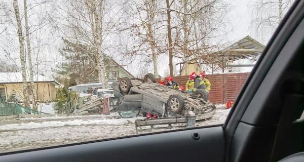 Dachowanie w Opypach, kierowca uwięziony w aucie [FOTO] - Grodzisk News