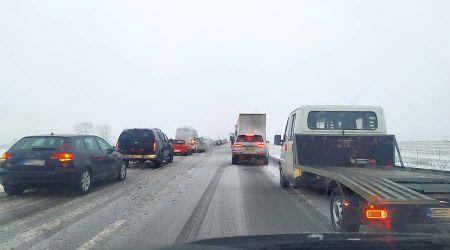 Trudne warunki na drogach. Samochód uderzył w bariery na A2 - Grodzisk News