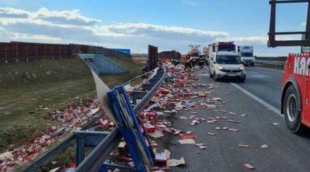 Kolizja ciężarówki na A2, ładunek na drodze - Grodzisk News
