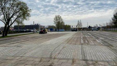 Grodziski punkt drive-thru stanie na parkingu w Szczęsnem - Grodzisk News