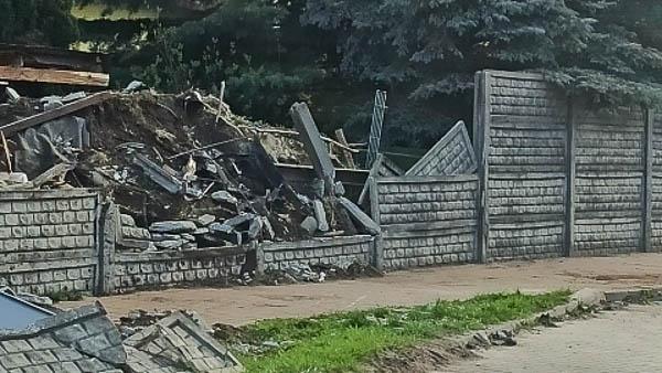Poranna kolizja w Kadach, osobówka rozbiła ogrodzenie [FOTO] - Grodzisk News
