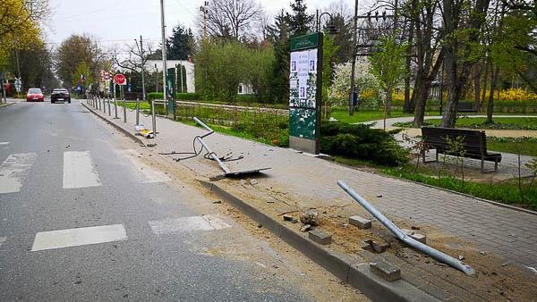 Kierowca staranował znaki i przydrożne słupki w Podkowie - Grodzisk News
