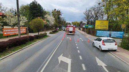 Zderzenie motocykla z osobówką w Milanówku. Motocyklista w szpitalu - Grodzisk News