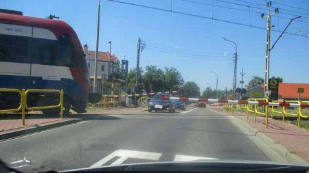 """Niebezpieczna sytuacja na przejeździe WKD. Rogatka """"docisnęła"""" samochód - Grodzisk News"""