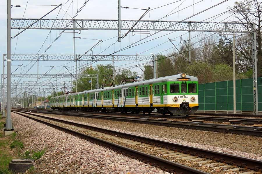 Zespół EN57-038, w trakcie obsługi pociągu osobowego z Warszawy do Żyrardowa, Grodzisk Mazowiecki, 29.04.2020 r.  - Grodzisk News