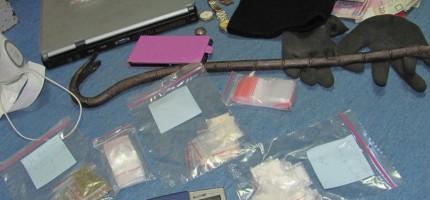 Pijany kierowca, narkotyki, kradziony laptop i łom
