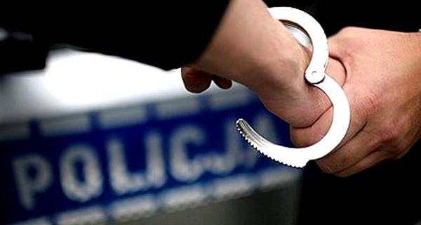 Policjanci zatrzymali dilera narkotyków i jego klientów