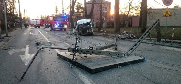 Bus uderzył w słup. Ranna kobieta