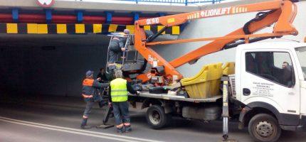 Ponownie uszkodzone ograniczniki na Bałtyckiej. Ciężarówka utknęła w tunelu