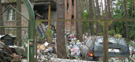 Zaśmiecona działka przy ul. Cichej