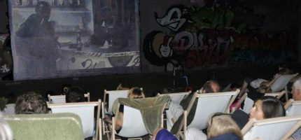 """Wakacyjne kino """"pod chmurką"""" w Milanówku"""