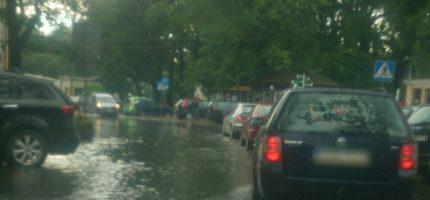Ulice Milanówka pod wodą [FOTO]