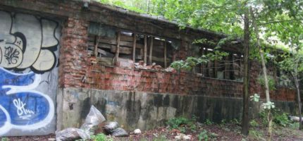 Zrujnowany budynek zagraża mieszkańcom i straszy wyglądem [FOTO]