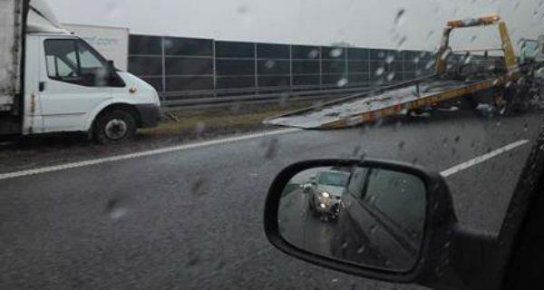 Ciężarówka uderzyła w barierki na A2