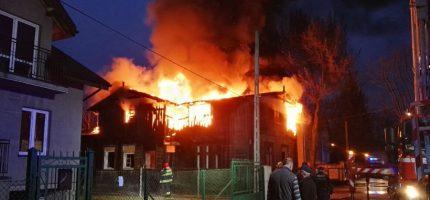 Pożar zabytkowego domu w Grodzisku, w akcji dziewięć zastępów FOTO]