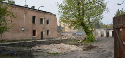 Rozbierają stare budynki na Obrońców Getta [FOTO]