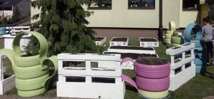 Ogród przed szkołą? Czemu nie… Uczniowie sami wyhodują warzywa na sałatkę [FOTO]