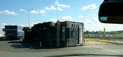 Przewrócona ciężarówka przy węźle A2. Są utrudnienia