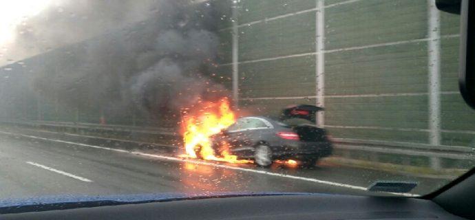 Pożar samochodu na A2 [VIDEO]