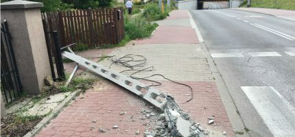 """Ciężarówka """"ścięła"""" betonowy słup na Bałtyckiej [FOTO]"""