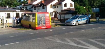 """Kolizja na Chełmońskiego. Autobus """"zawisł"""" w rowie"""