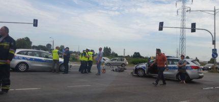 Popołudniowy wypadek na trasie katowickiej. Radiowóz zderzył się z motocyklistą