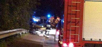 Wieczorne zdarzenie w Milanówku. Hyundai uderzył w drzewo