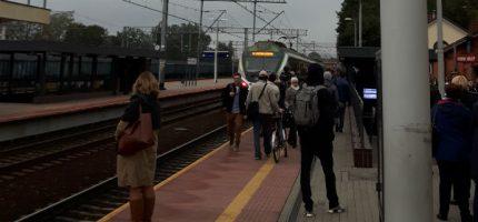 """Krótki pociąg Kolei Mazowieckich w porannym szczycie. """"Jednorazowa sytuacja"""""""