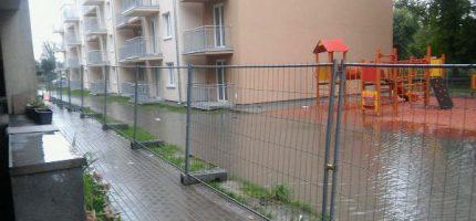 """Zalana ulica przy nowo budowanym bloku. """"Problemu z odpływem nie będzie"""""""