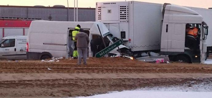 Poranny wypadek na katowickiej. Ciężarówka zderzyła się z busem [FOTO]