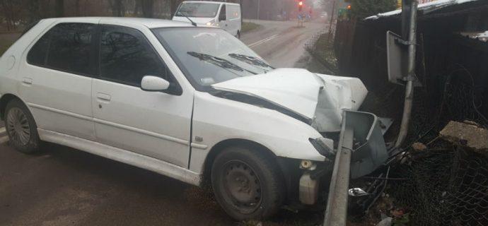 Groźnie wyglądające zderzenie na drodze 719. Peugeot wypadł z drogi [FOTO]