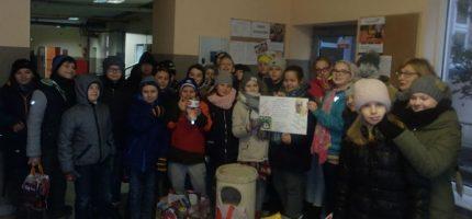 Uczniowie szkoły w Adamowiźnie z darami dla zwierzaków w schronisku