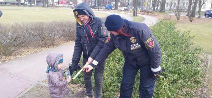 Strażnicy rozdawali odblaski najmłodszym mieszkańcom