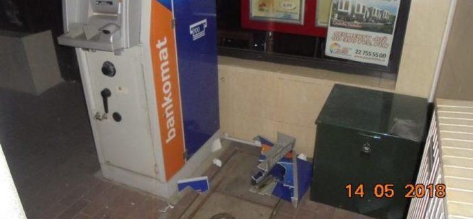 Chcieli się włamać do bankomatu