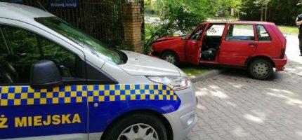 Kierowca z promilami zatrzymał się na betonowym ogrodzeniu