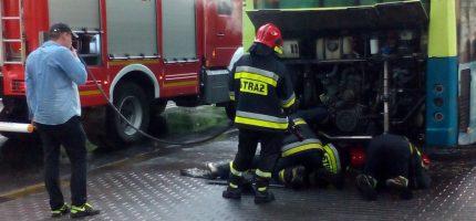 Zapalił się silnik autobusu. Kierowca stłumił ogień