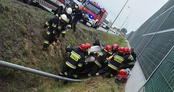 Opel wypadł z drogi przed A2 [FOTO]