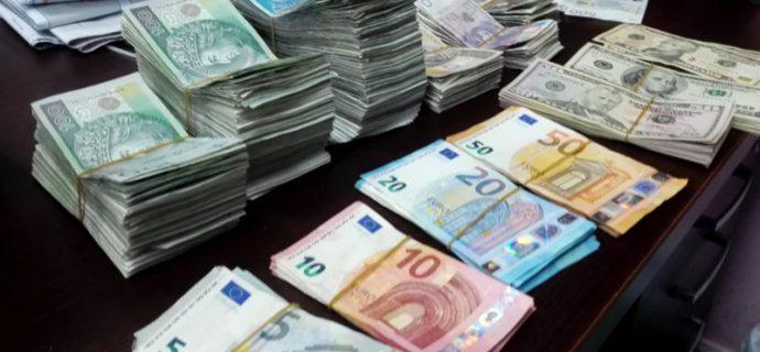 Chcieli oszukać fiskusa na 900 tys. zł