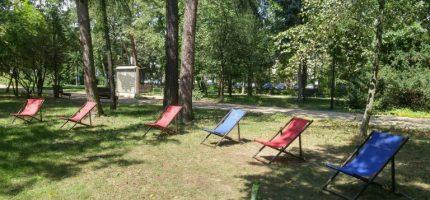 W parkowej strefie relaksu pojawiły się leżaki