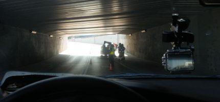 Ciężarówka nie zmieściła się w tunelu. Ładunek zablokował drogę [FOTO]