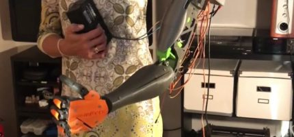 Nastolatek z Milanówka zaprojektował i wydrukował protezę ręki dla swej nauczycielki.