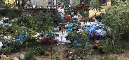 Góra śmieci na prywatnej posesji. Miasto uprzątnęło [FOTO]
