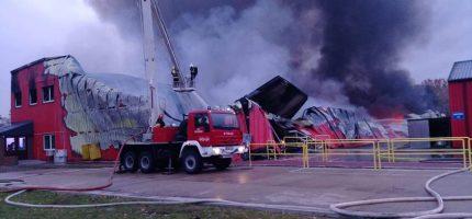 Pożar hali w Janinowie. Ogień wybuchł nad ranem [FOTO]