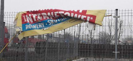 Uszkodzone reklamy szpecą miasto