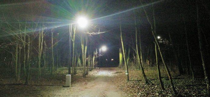 Nowe latarnie w Parku Miejskim już świecą, na kamery jeszcze poczekamy
