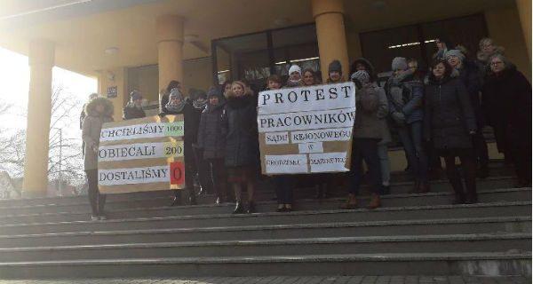 Protest pracowników grodziskiego sądu. Wyszli z transparentami