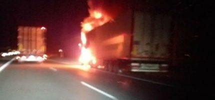 Pożar ciężarówki na autostradzie