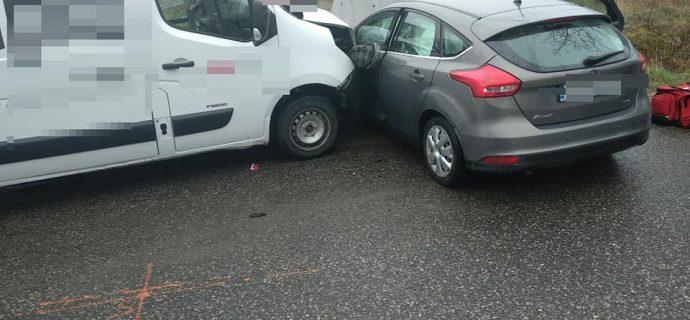 Weekendowy wypadek w Kaleni. Zderzenie busa z osobówką [FOTO]