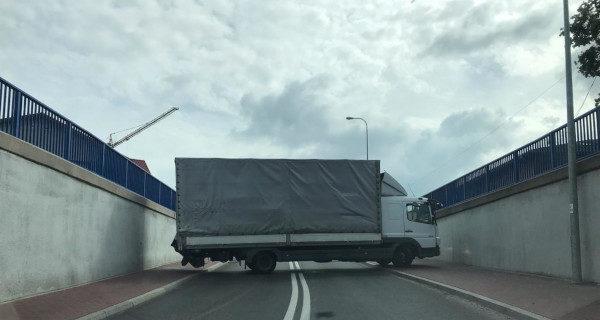 Ciężarówka zerwała ograniczniki i linie energetyczne na Bałtyckiej