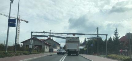 Ciężarówka zerwała ograniczniki i linie energetyczne na Bałtyckiej [FOTO]